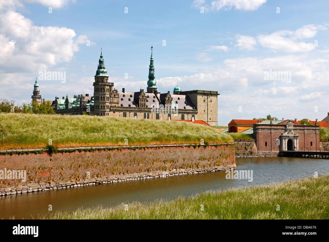 El castillo renacentista de Kronborg en Elsinor, Dinamarca, con la entrada principal y el foso protector en primer plano. Foto de stock