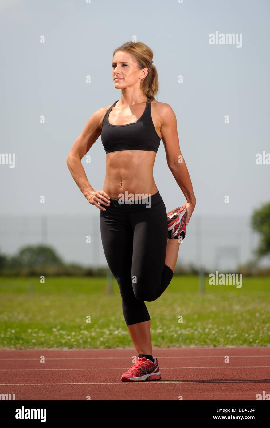 Hembra de las piernas durante el programa de ejercicios de estiramiento antes de ejecutar Imagen De Stock