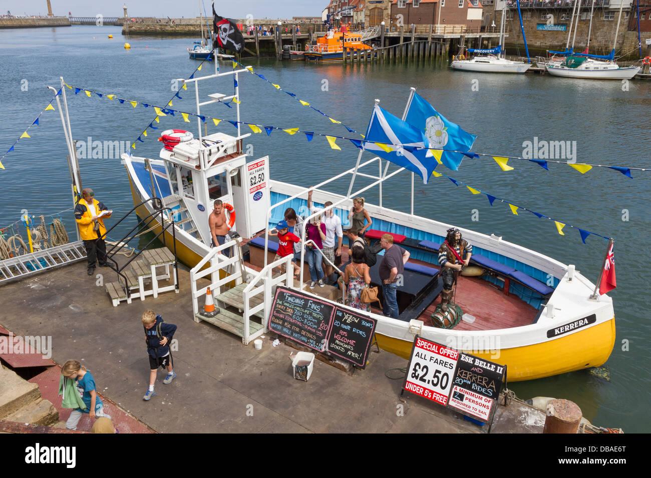 Las personas a bordo de un viaje en barco desde el puerto de Whitby Imagen De Stock