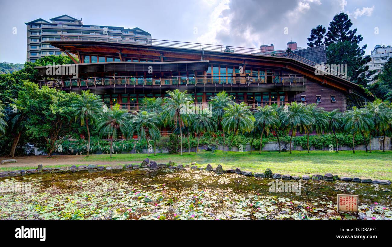 El edificio de la biblioteca Beitou ecológica en Taipei, Taiwán. Imagen De Stock