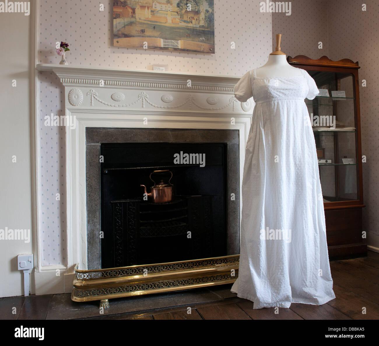 Museo de la casa de Jane Austen, Chawton, nr Alton, Hampshire, Inglaterra, Reino Unido; vista de vestimenta en la Imagen De Stock