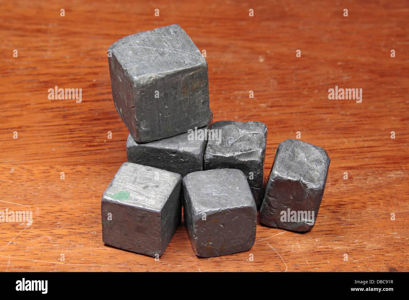 Varios bloques irregulares de los metales de plomo (Pb), como el usado en una escuela secundaria del Reino Unido. Imagen De Stock