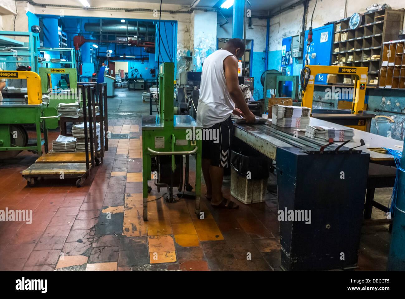 En Marsella, Francia, los trabajadores dentro de la Fábrica de Impresión de periódicos en el centro Imagen De Stock