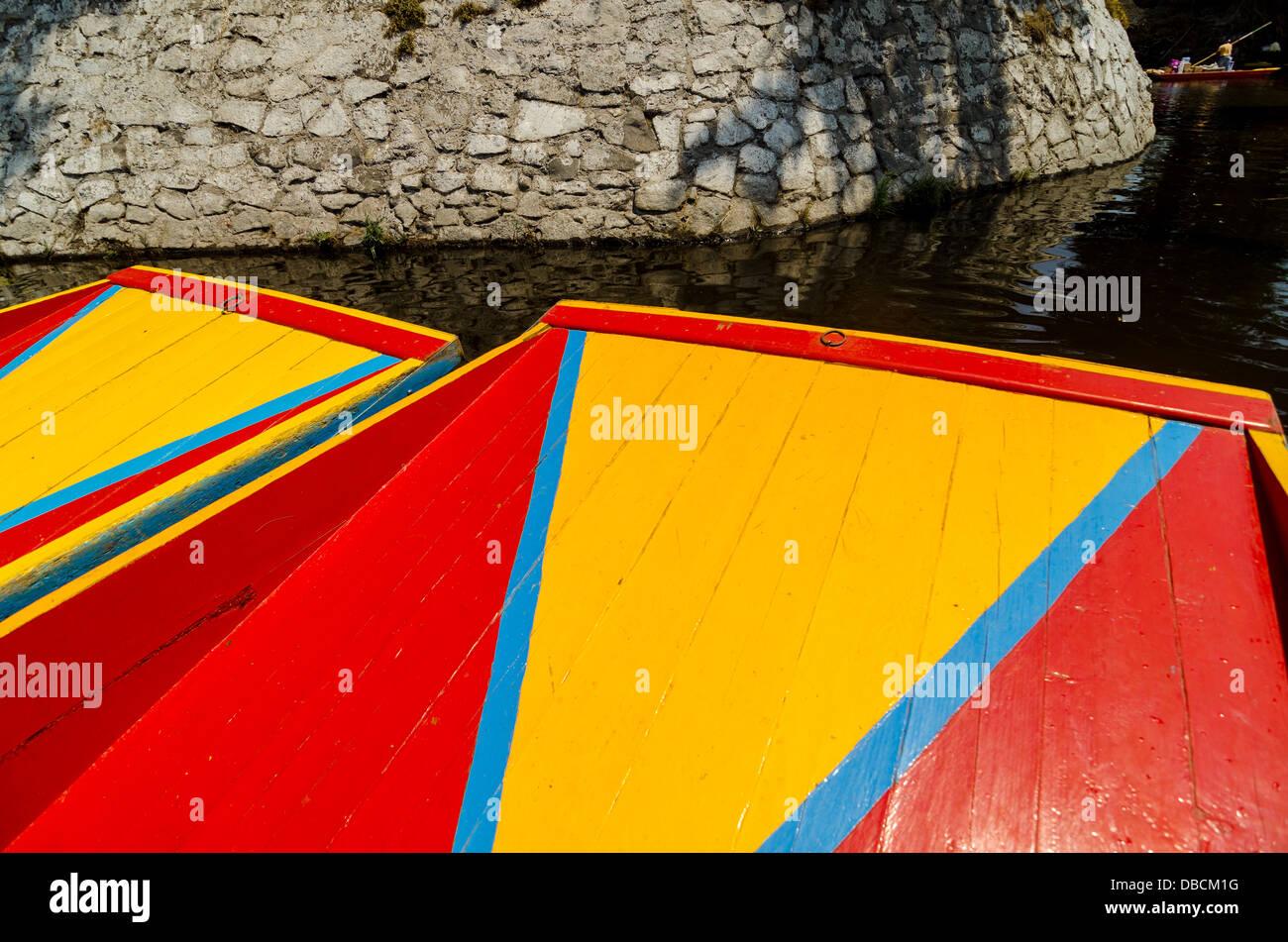 Los colores brillantes de los barcos en el canal de Xochimilco en la Ciudad de México Imagen De Stock