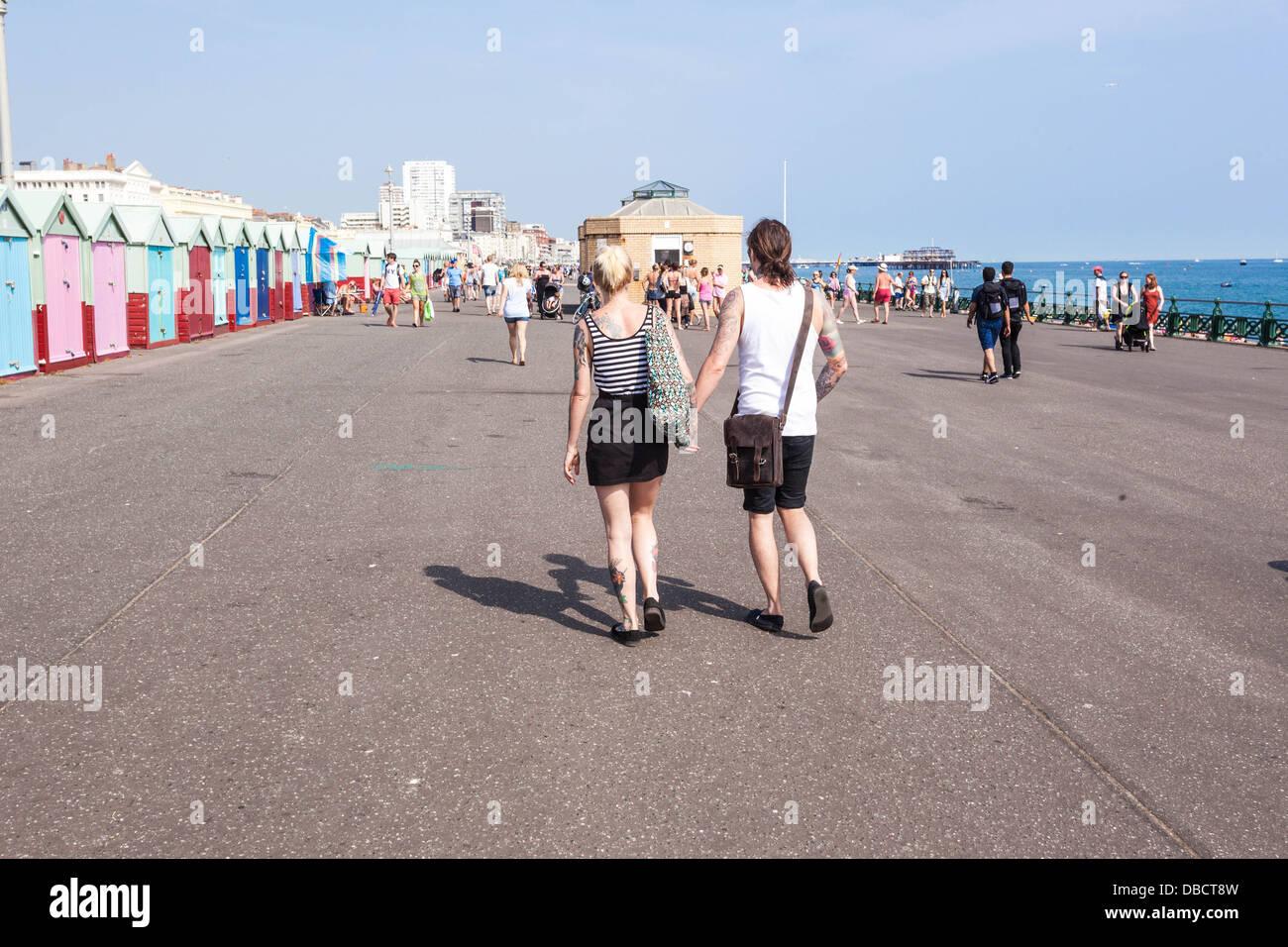 Los peatones pasear junto al mar, Brighton, Inglaterra, Reino Unido. Imagen De Stock