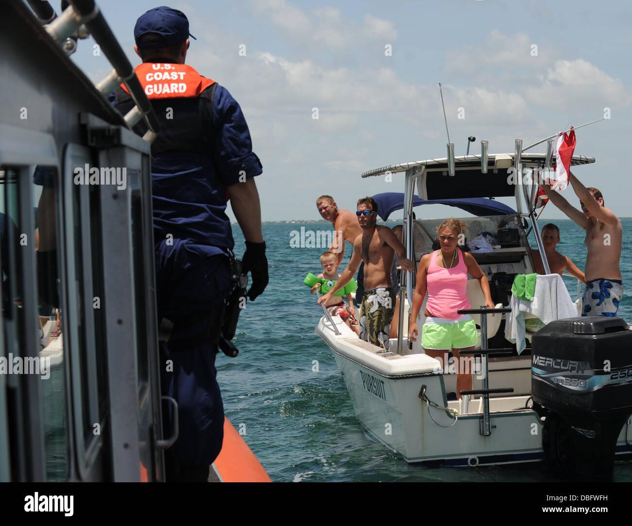 Un miembro de la tripulación, con la estación de Guardacostas en Miami Beach, Fla., prepara a bordo de Imagen De Stock