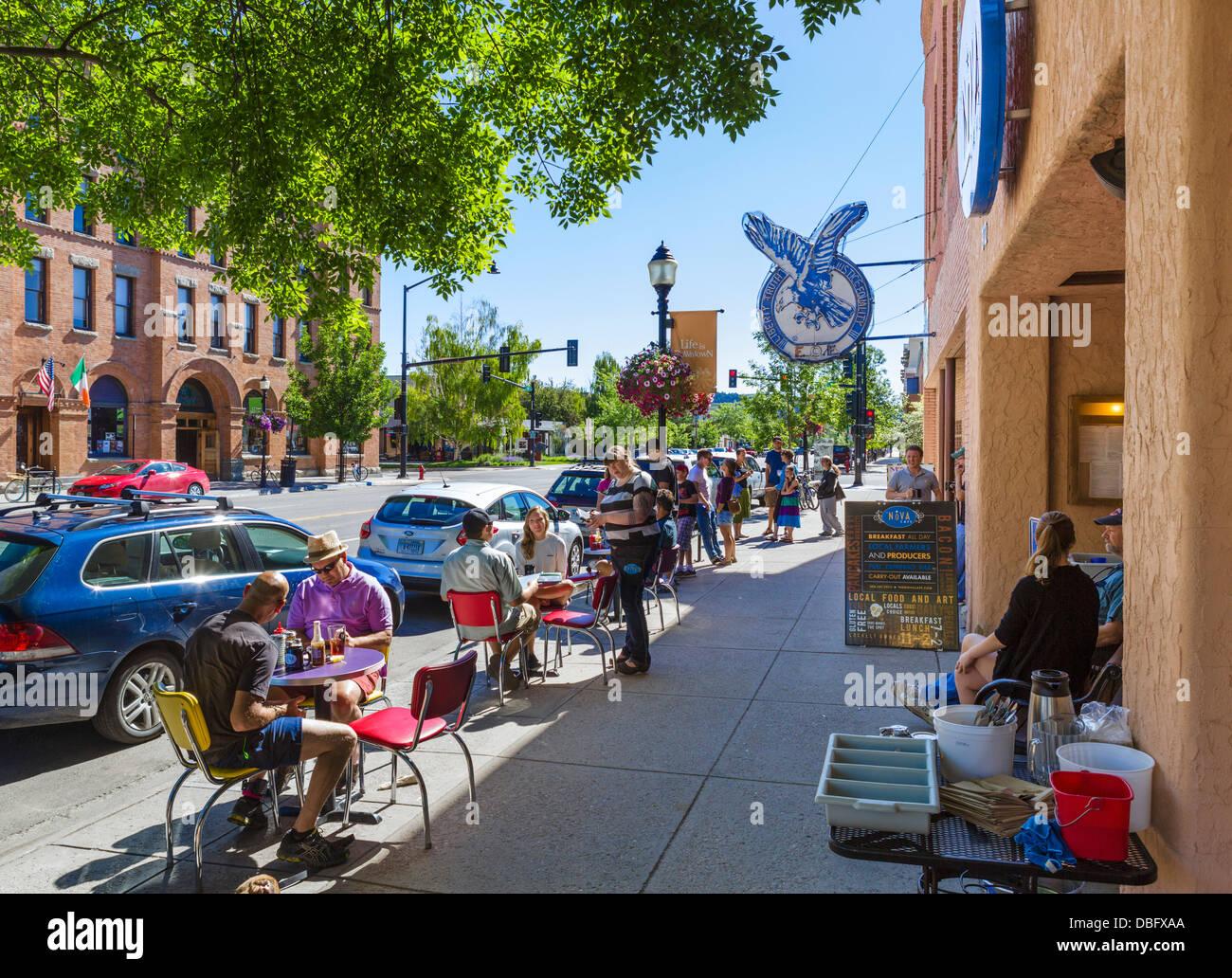 Café en la acera de la calle principal en el centro de la ciudad de Bozeman, Montana, EE.UU. Imagen De Stock