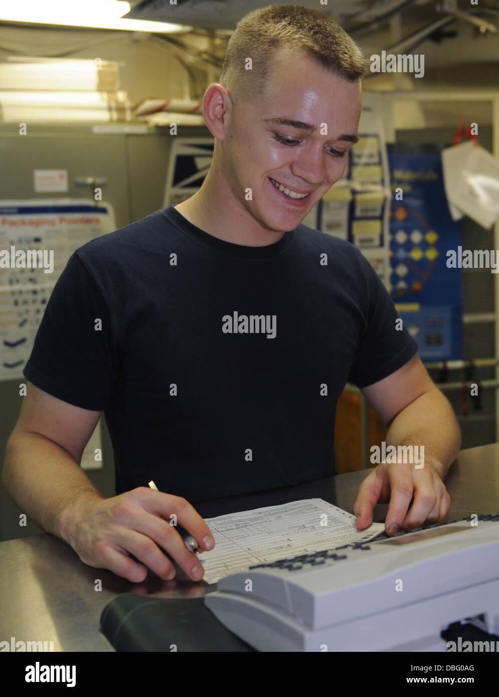 Técnico de Mantenimiento Casco Marina estadounidense George Weckman de 3ª clase de soldadura a bordo del portaaviones USS Nimitz (CVN 68) Julio 25, 20 Foto de stock