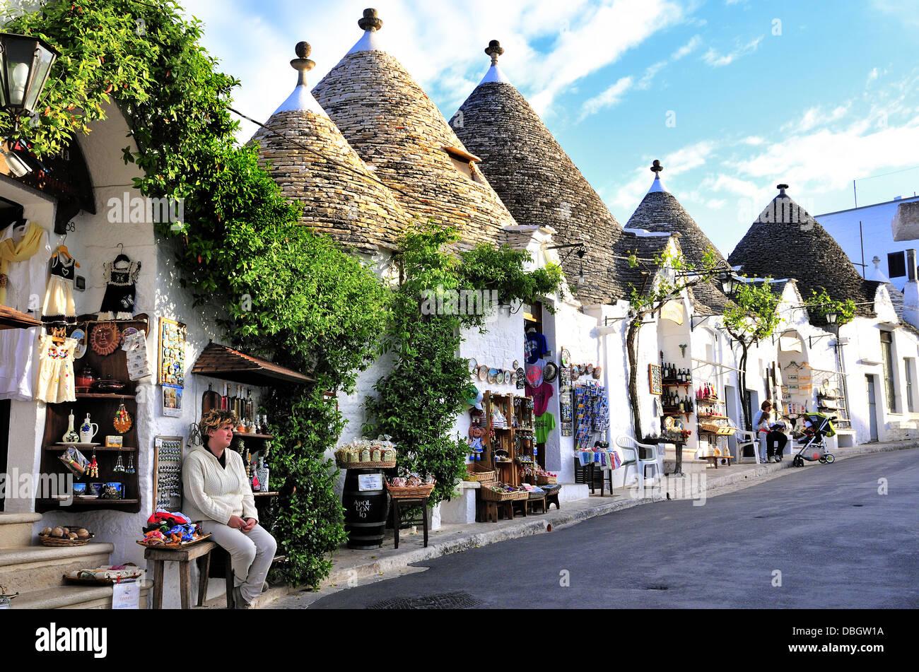 Tienda de regalos guardianes fuera trullo casas ,una tradicional cabaña de piedra seca de Apulia con un techo Imagen De Stock