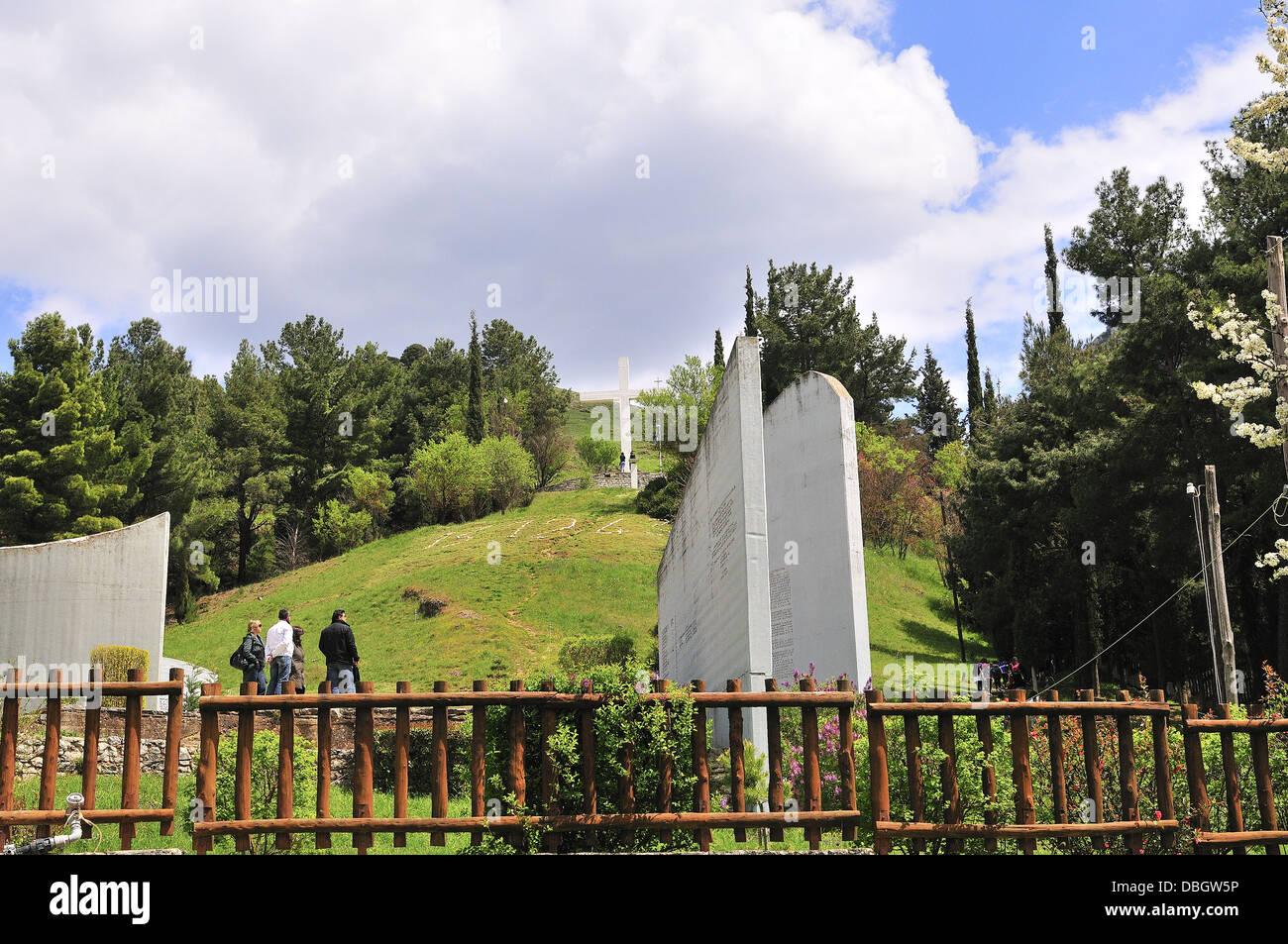 El sitio conmemorativo de la masacre de Kalabryta sobre una colina que domina la ciudad. Kalabryta , Peloponeso Grecia Foto de stock