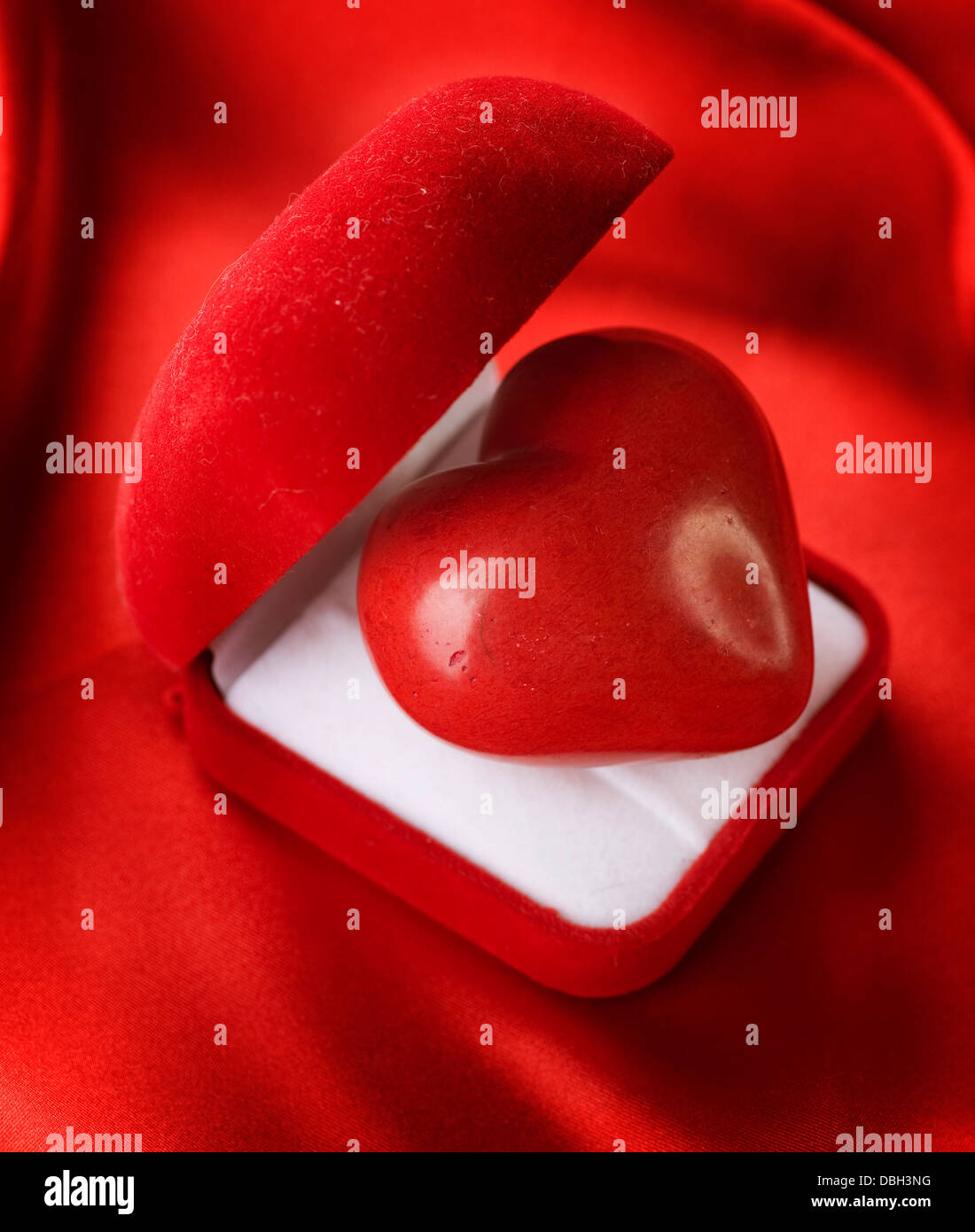 Concepto de San Valentín. Caja de regalo de terciopelo rojo con un corazón Imagen De Stock