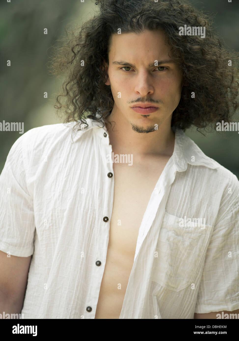 Hombre americano egipcio con larga barba y cabello ondulado con ese bigotazo unbuttoned camisa de algodón blanco Imagen De Stock
