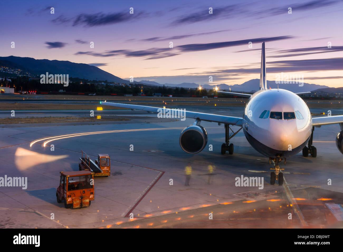 Un presupuesto de avión se prepara para el despegue de aviones desde el aeropuerto de Málaga, en el sur de España. Foto de stock