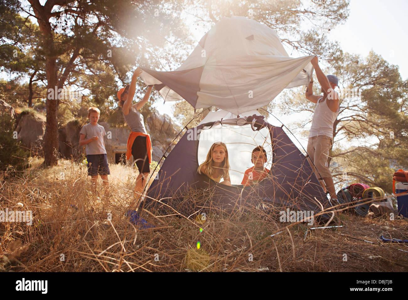 Croacia, Dalmacia, vacaciones en familia en camping, el lanzamiento de la tienda Imagen De Stock