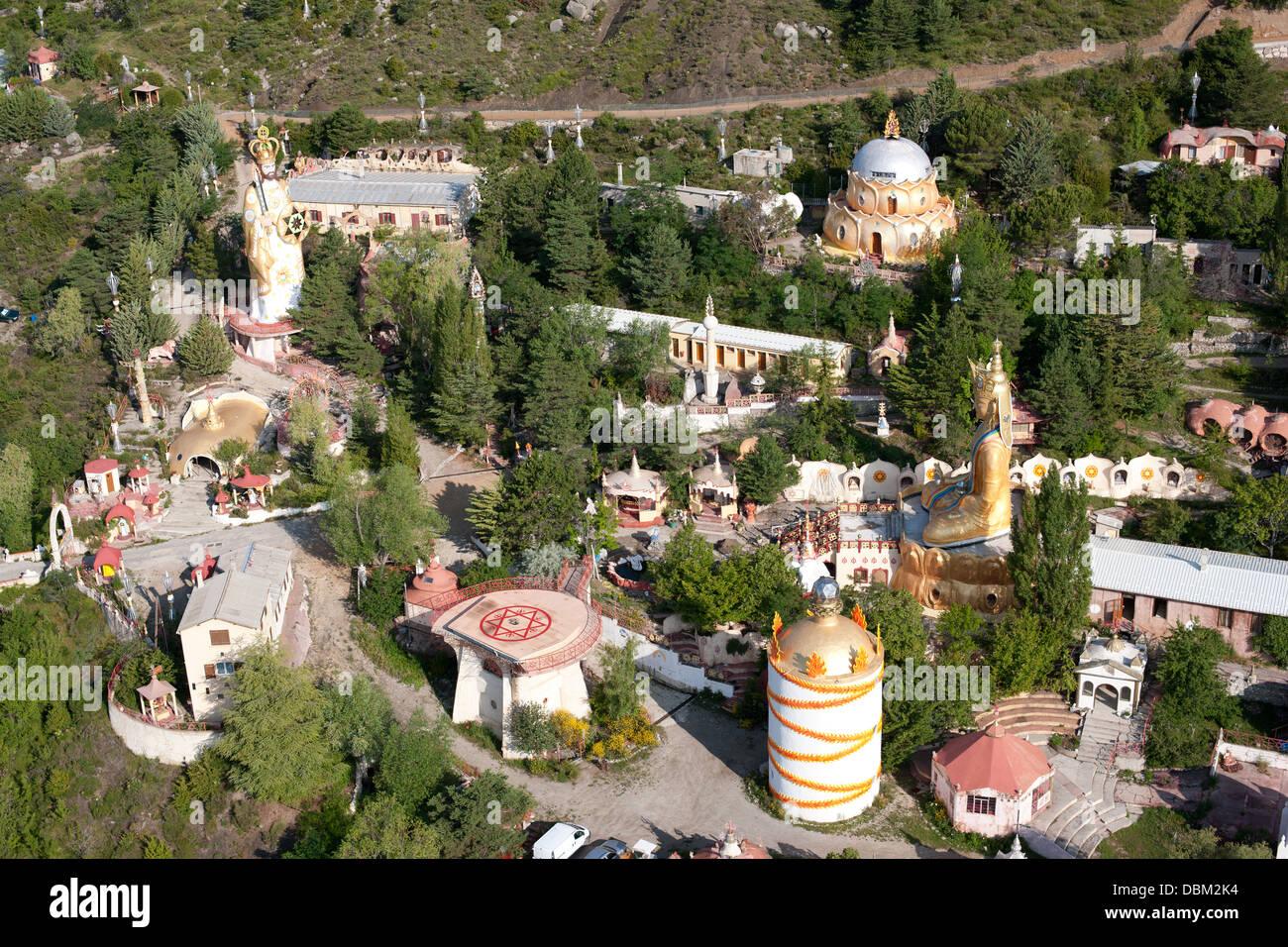 MANDAROM (vista aérea). Sede de un grupo religioso. Encima del lago Castillon, Verdon Valle, Alpes-de-Haute Imagen De Stock