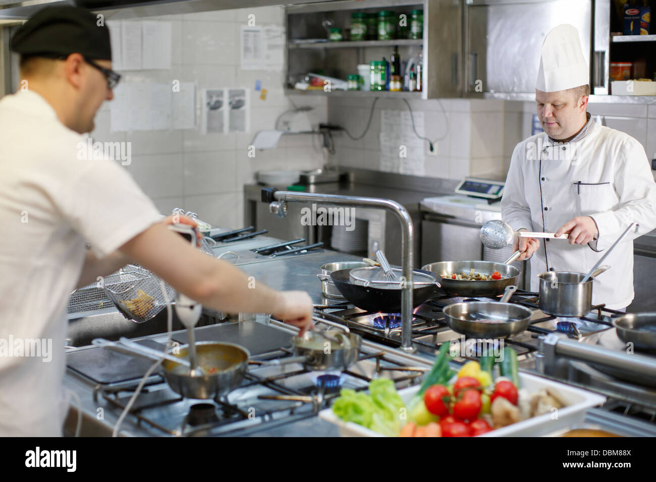 Dos personas en cocina comercial Imagen De Stock