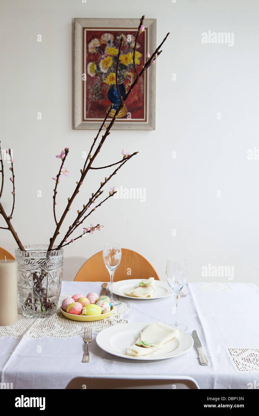 Desayuno de Pascua, establezca la mesa con huevos pintados y ramas de cerezo, Munich, Baviera, Alemania Foto de stock