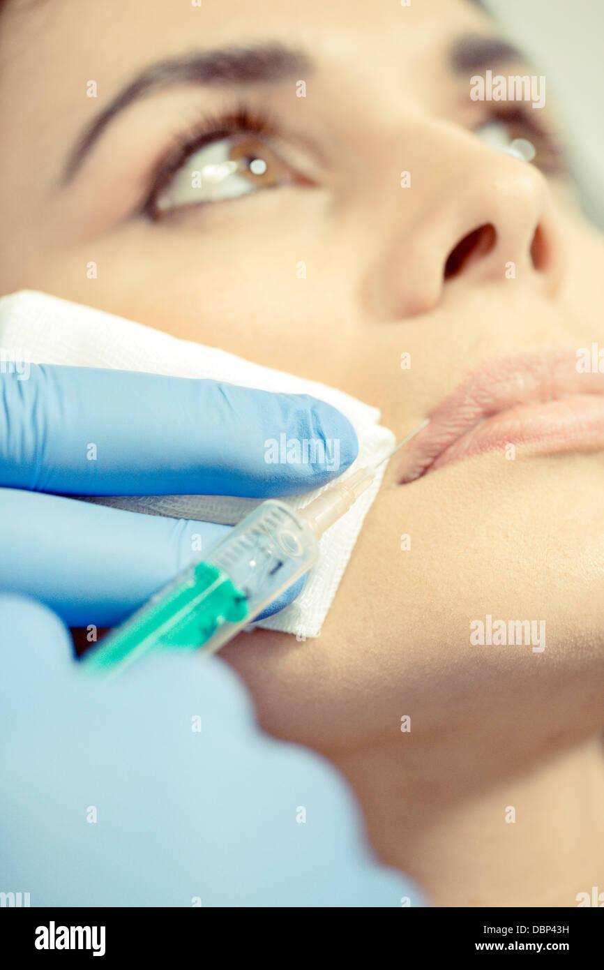 Mujer obteniendo inyección de Botox en el labio superior, de cerca, en Osijek, Croacia Imagen De Stock