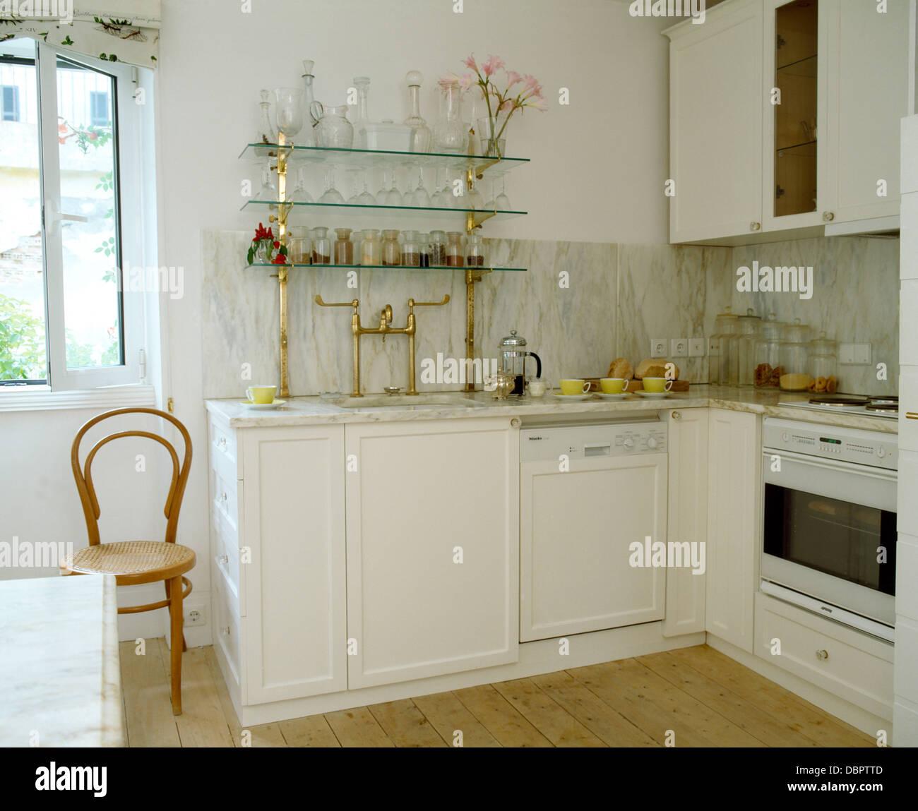 Cristaler A En Estantes De Vidrio En Color Blanco Con Muebles  # Muebles Costera