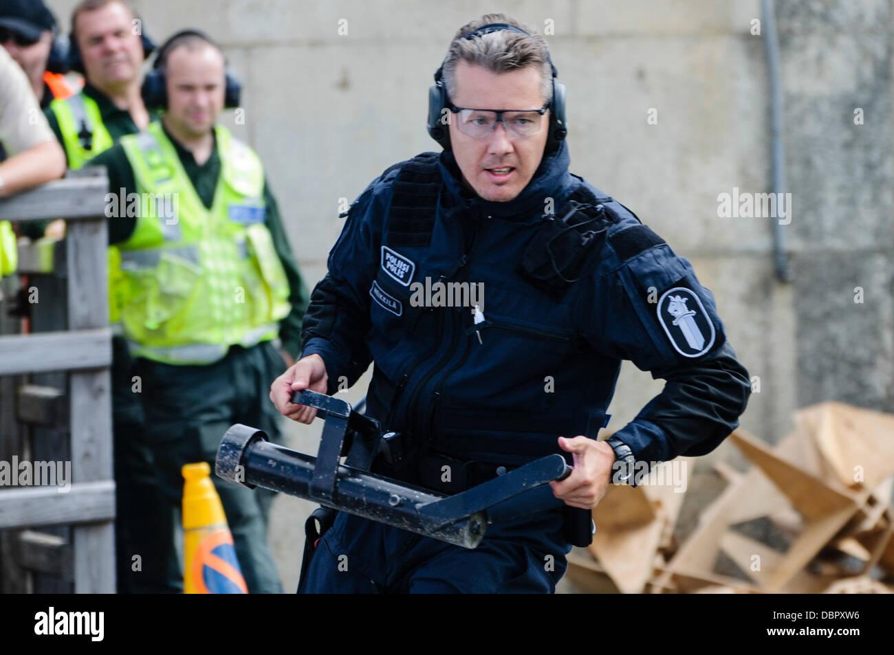 Ballykinlar, Irlanda del Norte. El 2 de agosto de 2013 - un competidor finlandés se ejecuta con un 'Enforcer' en un evento de SWAT Credit: Stephen Barnes/Alamy Live News Foto de stock