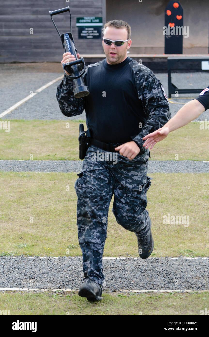 Ballykinlar, Irlanda del Norte. El 2 de agosto de 2013 - Un oficial de la policía de St. Cloud PD se ejecuta con un 'Enforcer' en el caso de SWAT Credit: Stephen Barnes/Alamy Live News Foto de stock