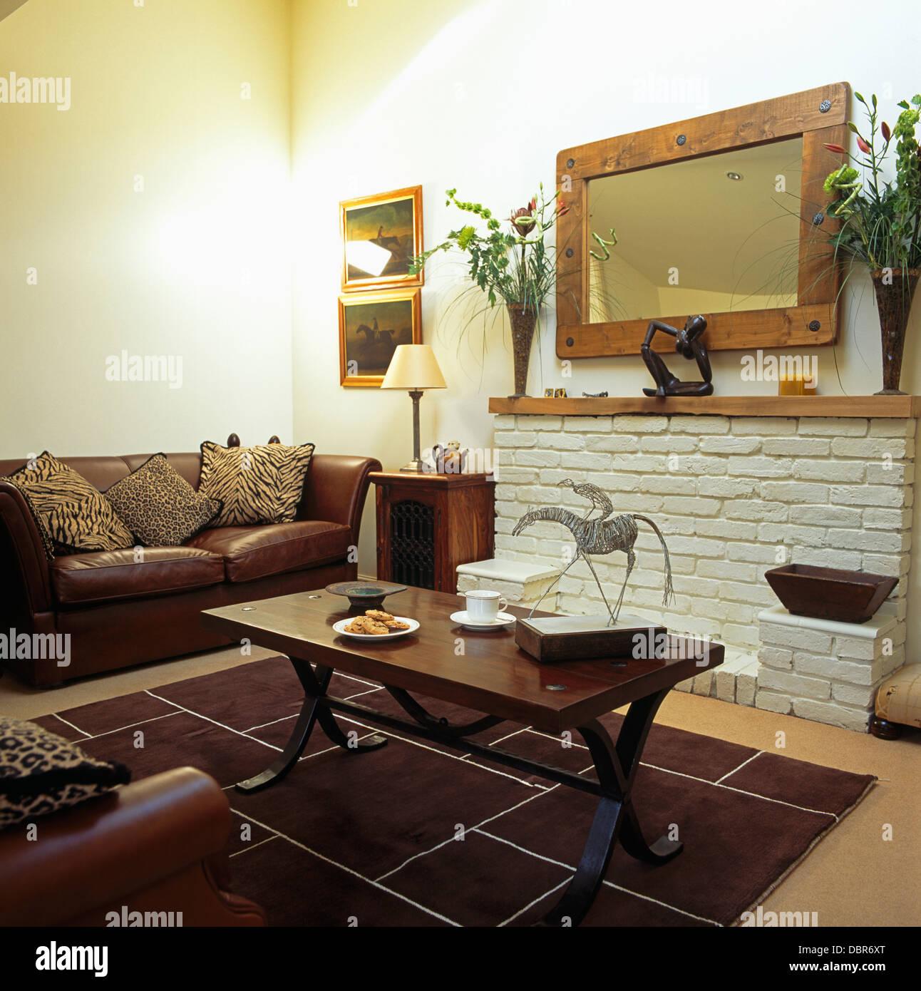 Mesa de café en madera oscura y sofá de cuero marrón en la economía ...