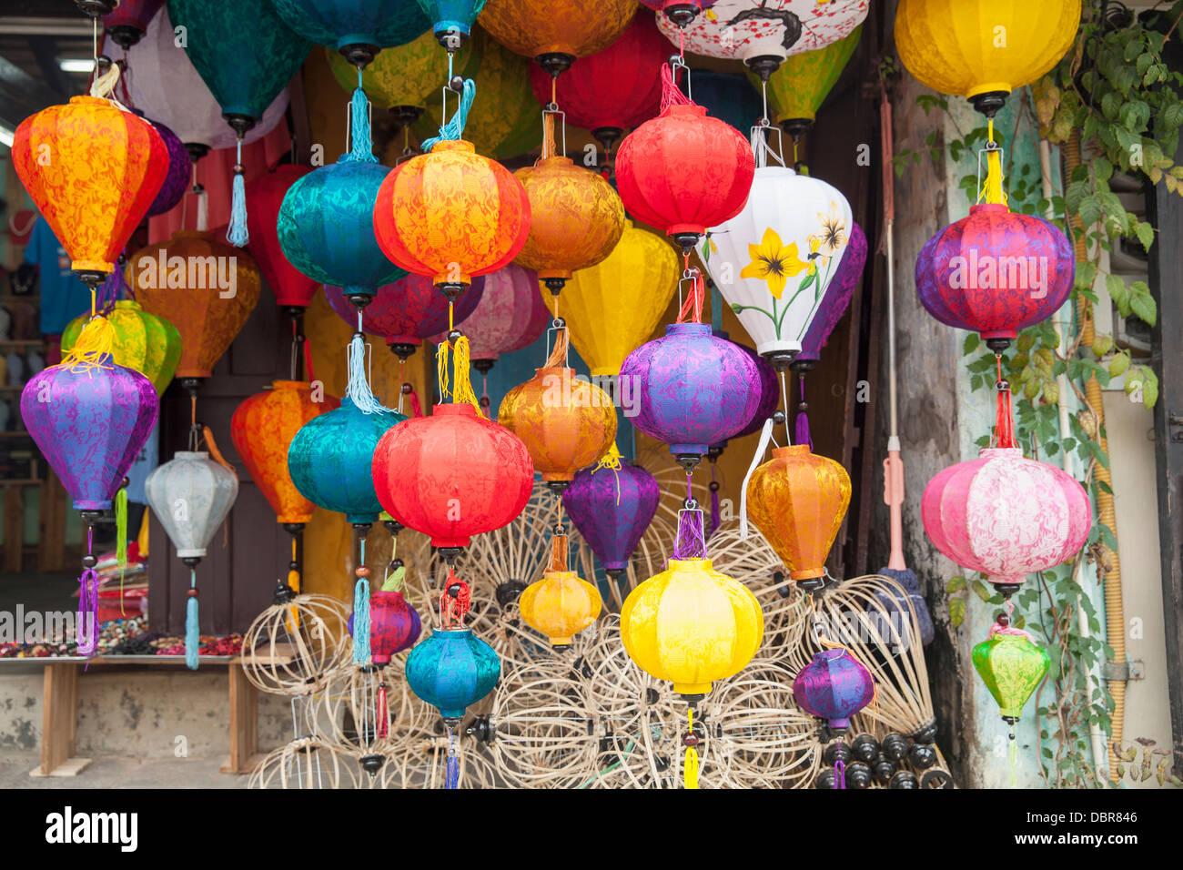 Lámparas de seda linterna de madera y marcos en frente de tienda en ...