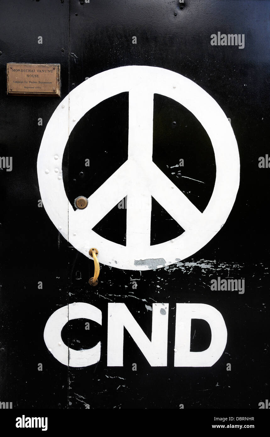 Cde - Campaña para el Desarme Nuclear el logotipo en la puerta frontal de su nacional proveedo Holloway Road, Imagen De Stock