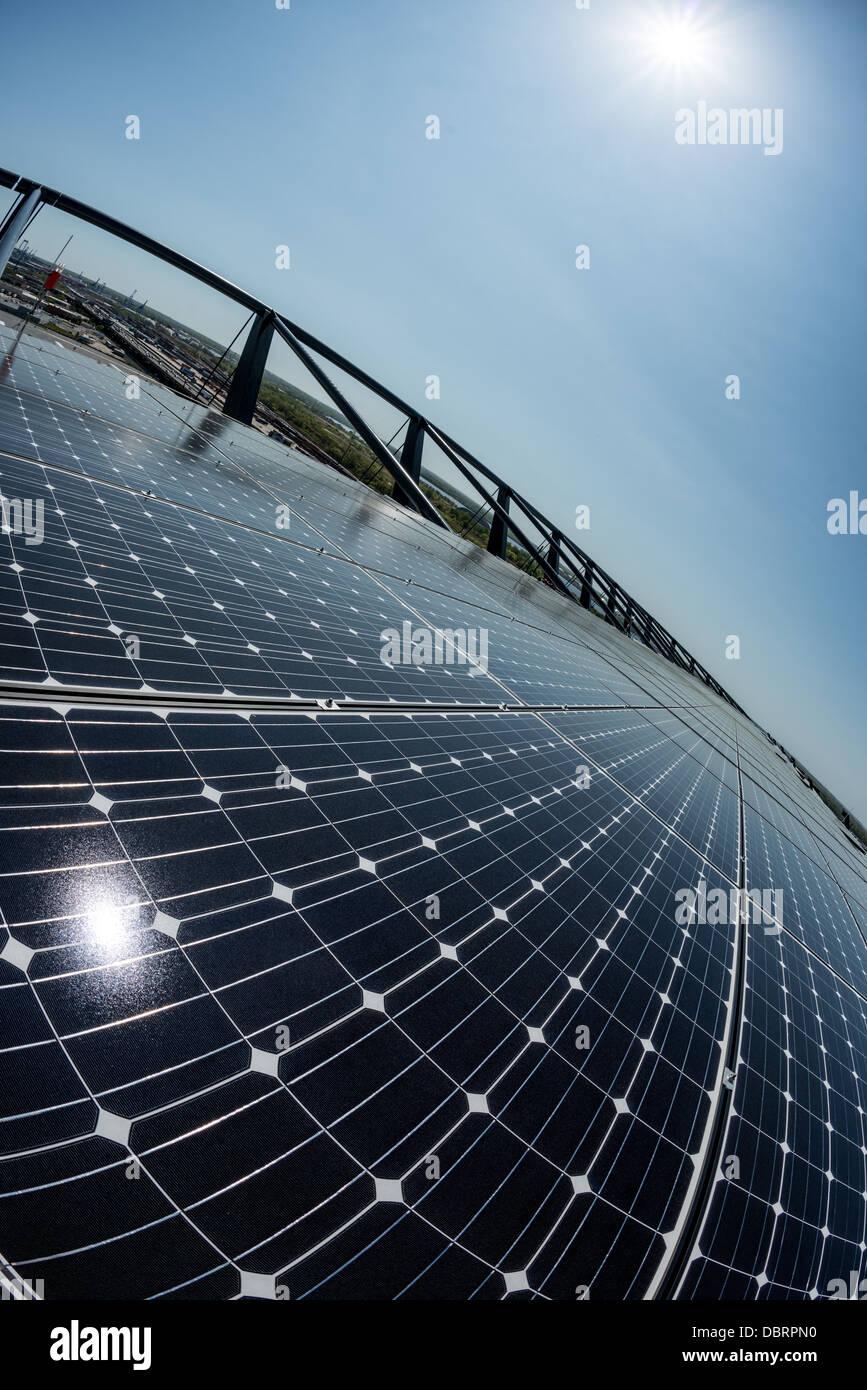 Una matriz de paneles solares fotovoltaicos utilizados para convertir la luz solar en energía eléctrica Imagen De Stock