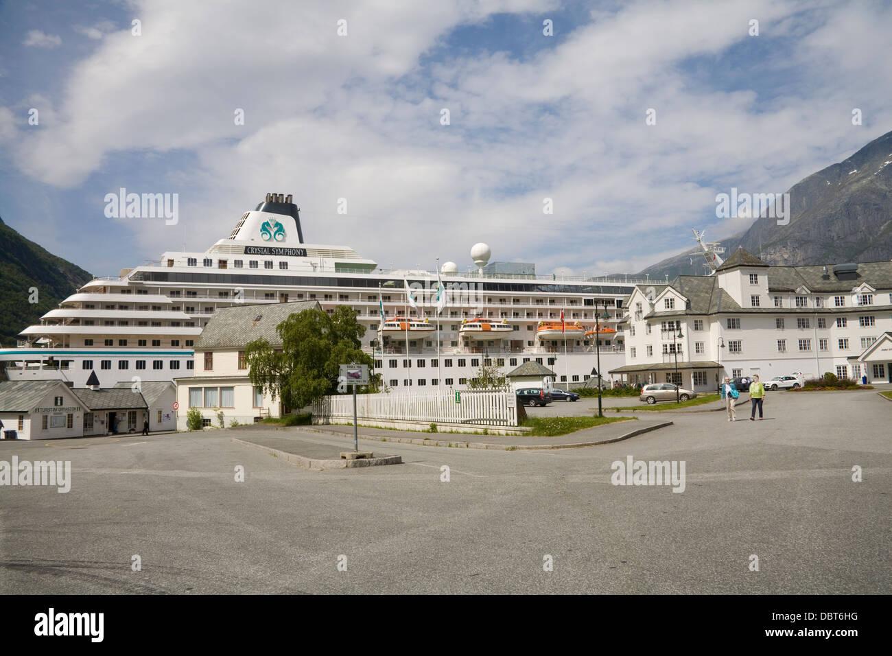 Eidfjord Hordaland Noruega Europa Crystal simpatía crucero en el puerto de la ciudad con la Oficina de Información Imagen De Stock