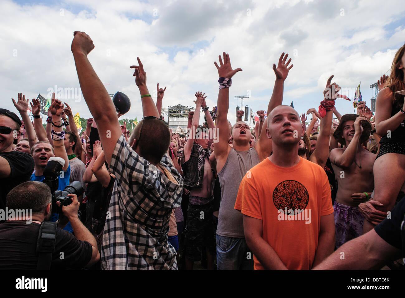 Concierto multitudes disfrutando de la música en el festival de música Woodstock Przystanek Kostrzyn, Imagen De Stock