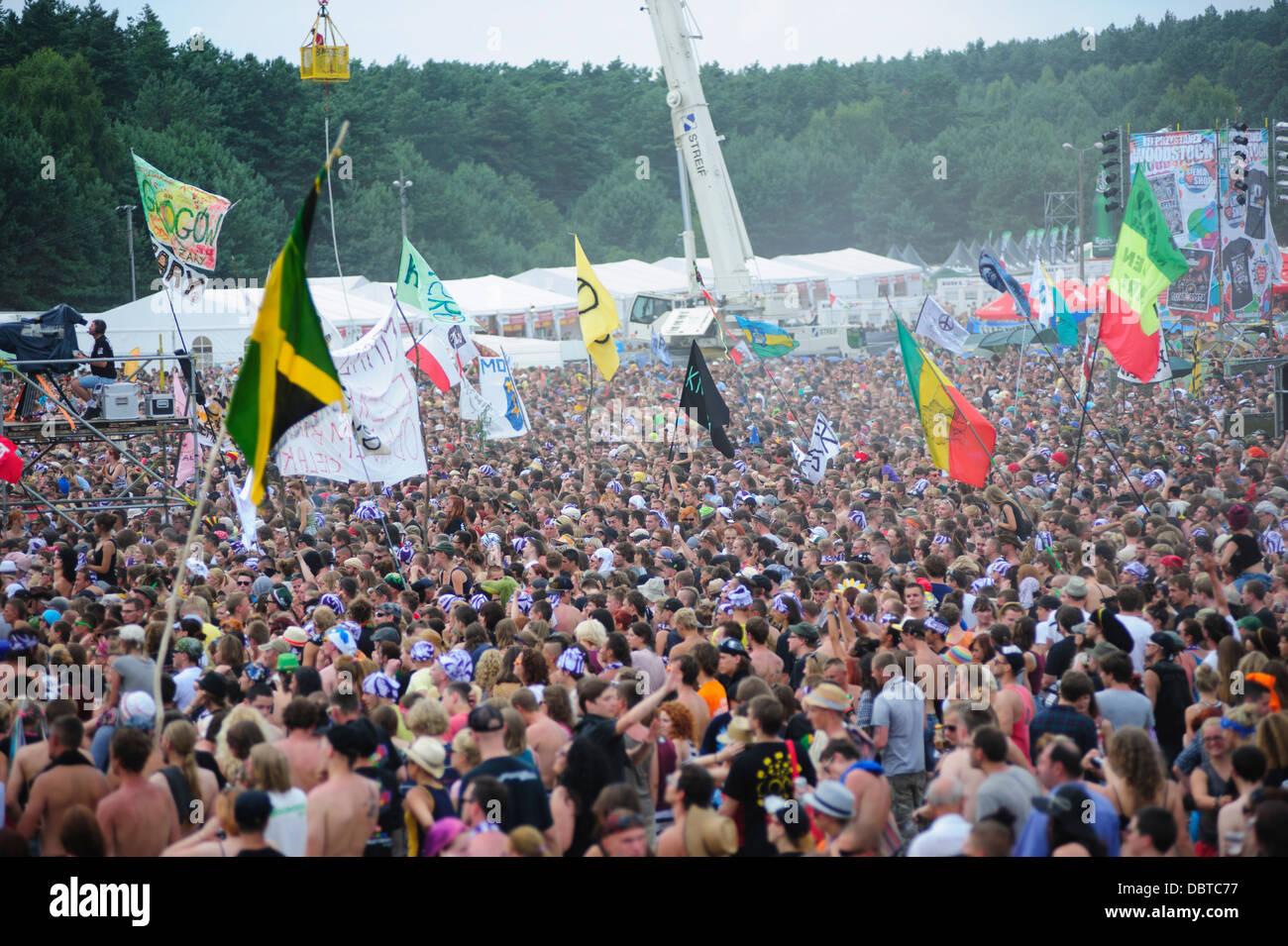 Vista general de las multitudes asistiendo en el Przystanek Woodstock music festival, Kostrzyn, Polonia. Imagen De Stock