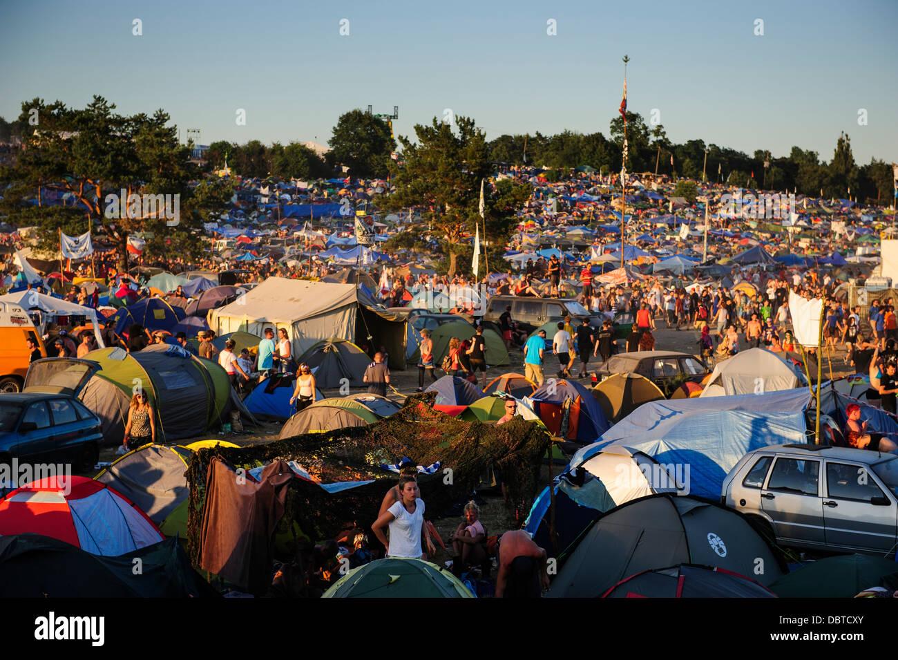 Vista general del campamento principal en el Przystanek Woodstock music festival, Kostrzyn, Polonia. Imagen De Stock