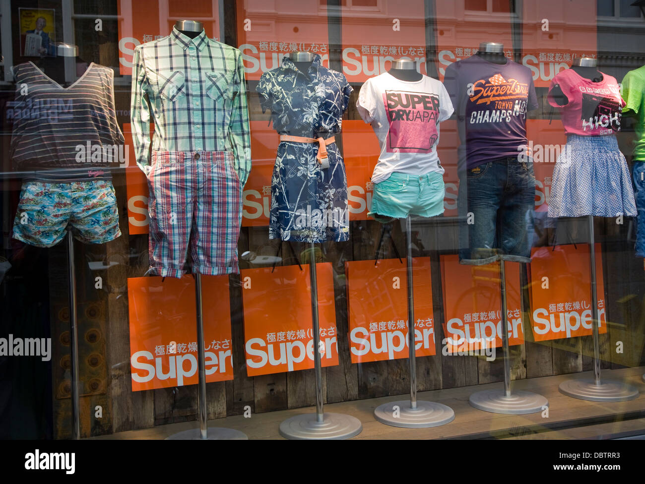 017c9c3c3f16 Ventana de la tienda de ropa de moda mostrar Rotterdam, Países Bajos ...