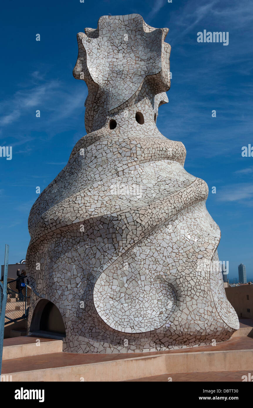 Gran chimenea con incrustaciones de azar cortar azulejos blancos, la azotea de La Pedrera de Gaudí, el Paseo de Gracia, Barcelona, Cataluña, España Foto de stock
