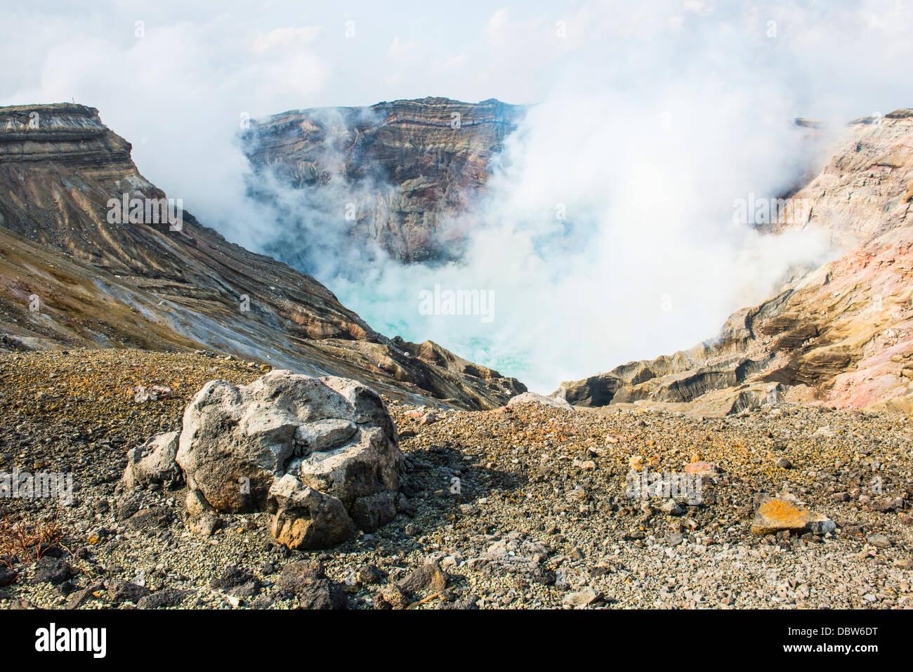 Monte Naka el lago del cráter activo, el Monte Aso, Kyushu, Japón, Asia Imagen De Stock