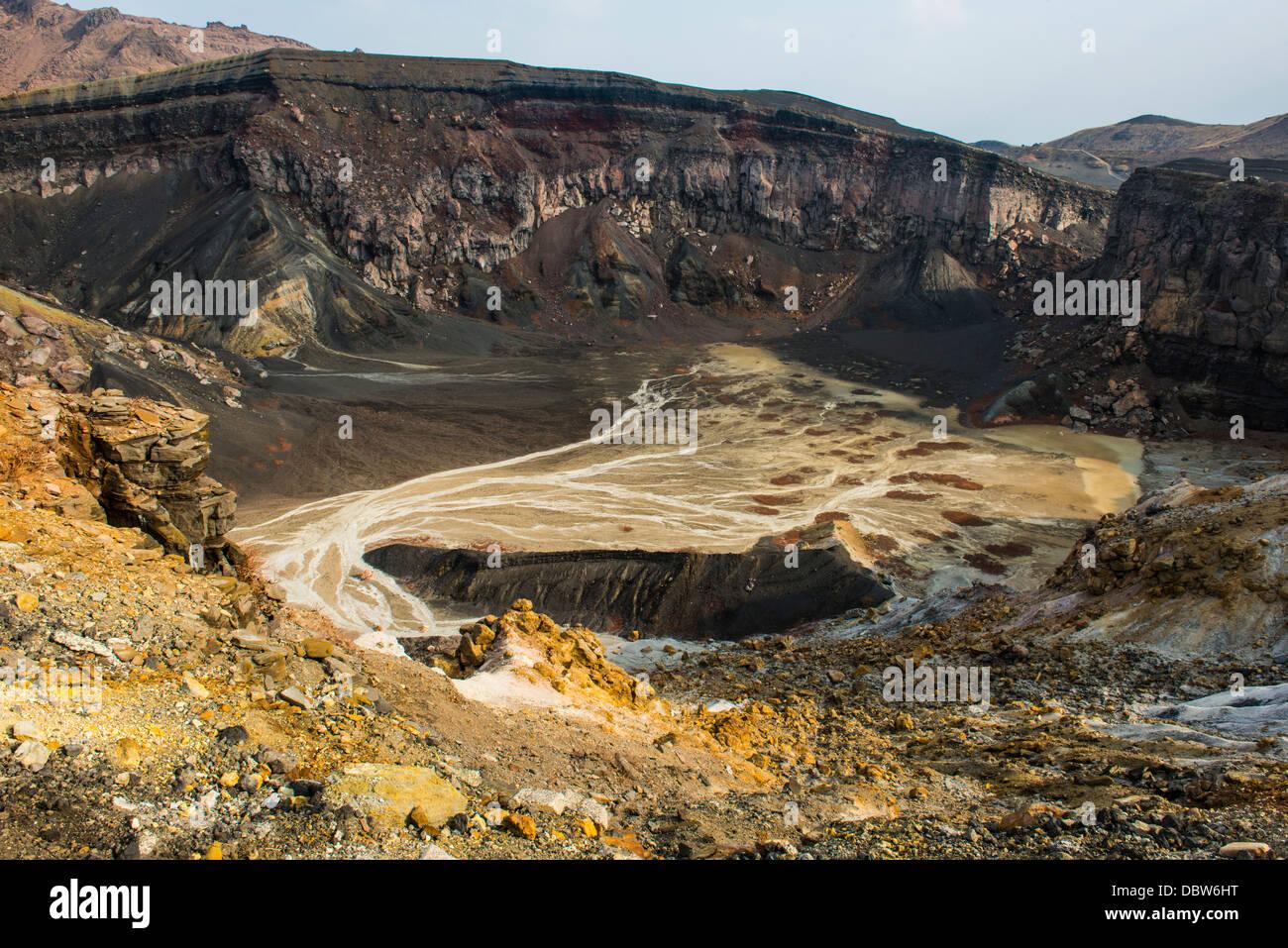 El borde del cráter del monte Naka volcán activo, el Monte Aso, Kyushu, Japón, Asia Imagen De Stock