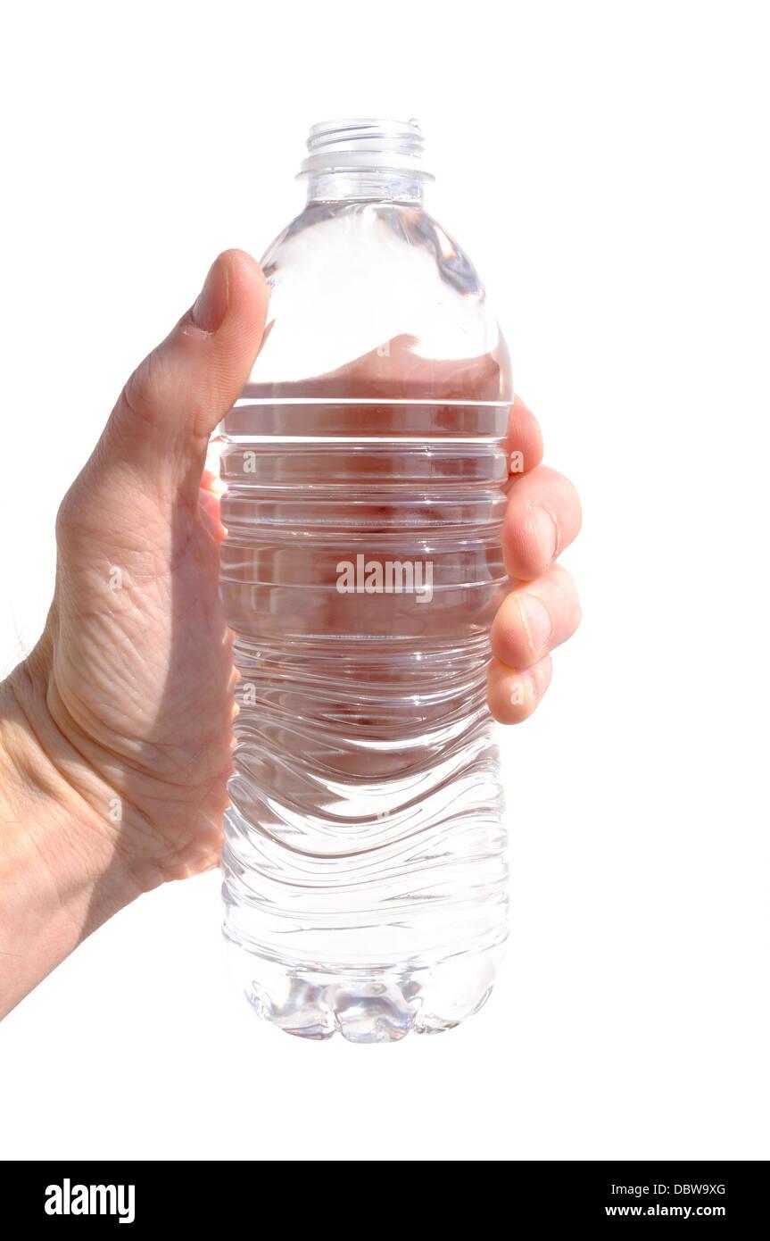 Mano sujetando una botella de agua aislado en blanco Imagen De Stock