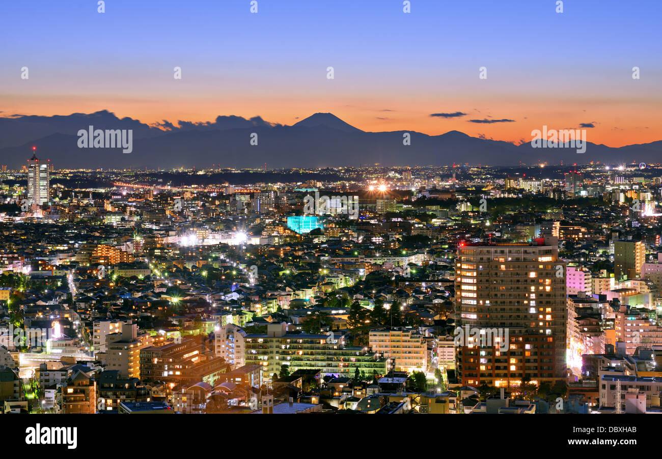 Tokio, Japón, el paisaje urbano en Ebisu distrito con Mt. Fuji en la distancia. Imagen De Stock