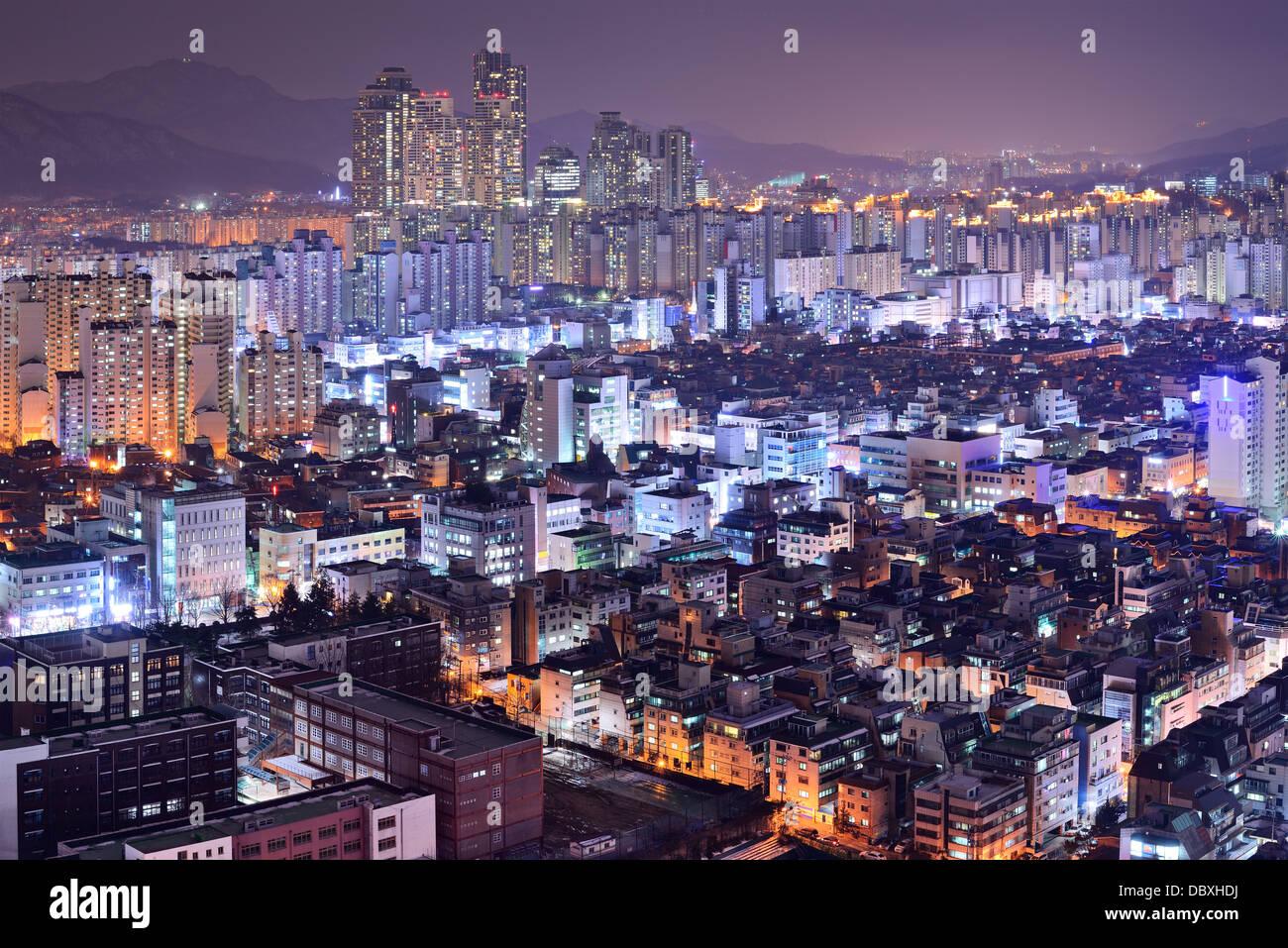 Alta residencial se eleva en el distrito de Gangnam de Seúl, Corea del Sur skyline en la noche. Imagen De Stock