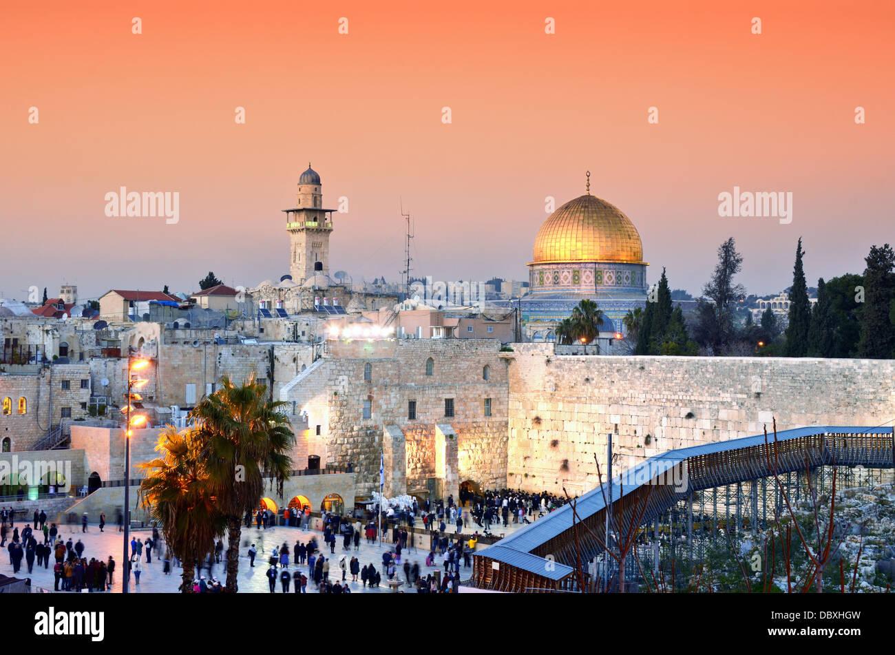 El horizonte de la ciudad vieja en el Muro Occidental y el Monte del Templo en Jerusalén, Israel. Imagen De Stock