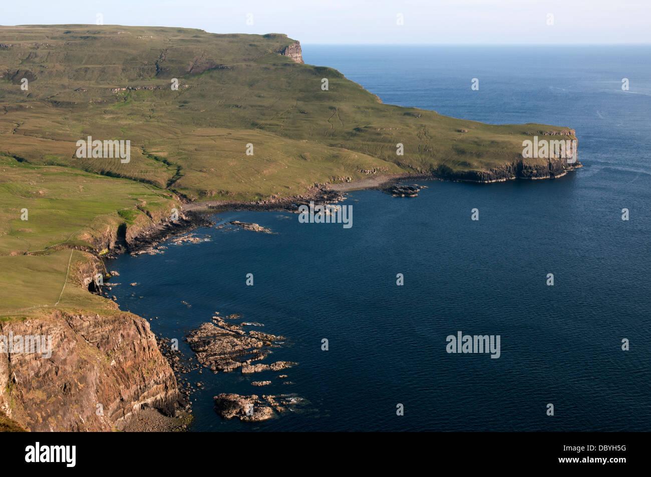 Ramasaig Bay y la azada desde Ramasaig acantilado. Costa Duirinish, Isla de Skye, Escocia, Reino Unido Foto de stock