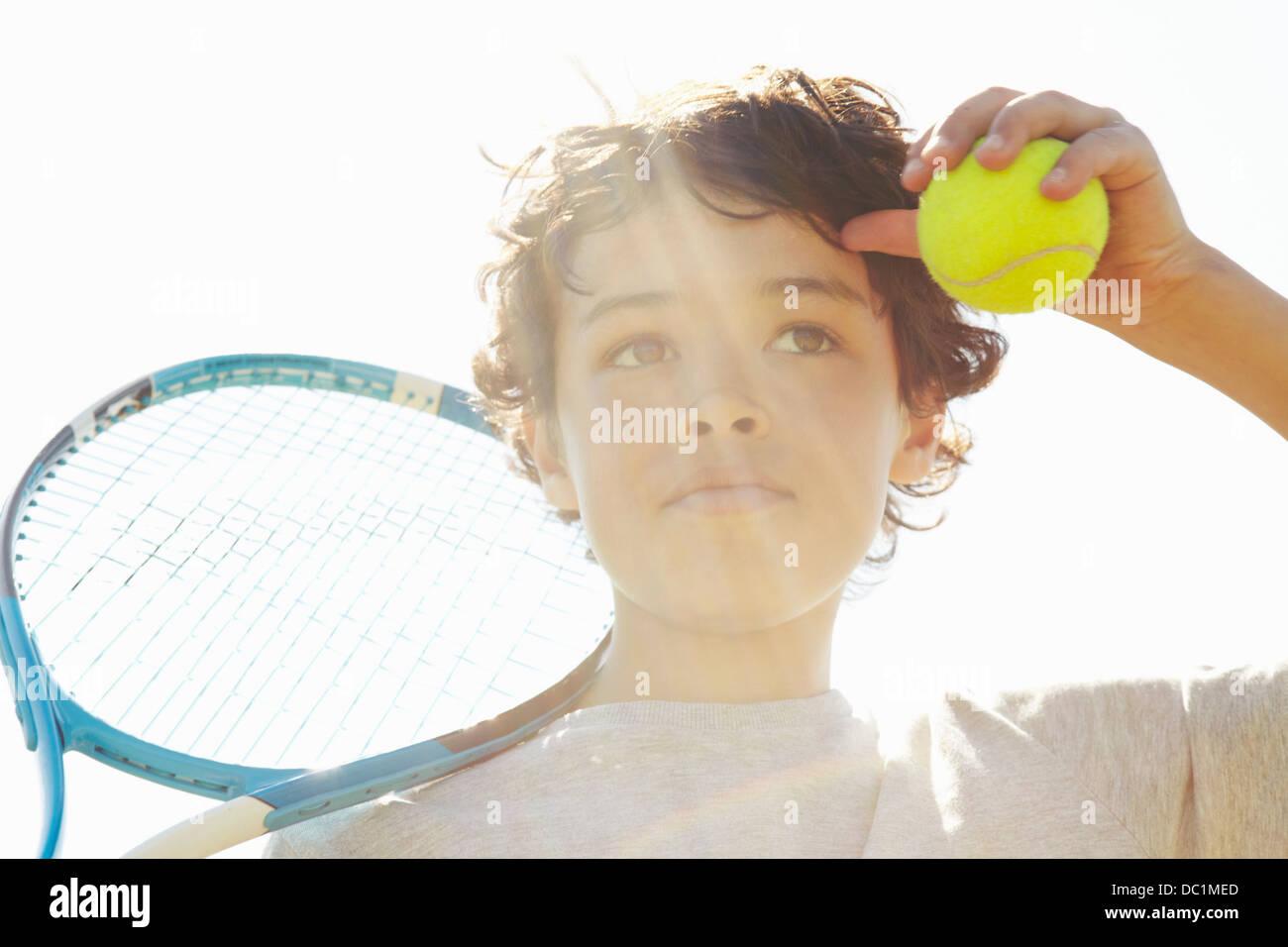 Cerca de chico con raqueta de tenis y la bola Imagen De Stock