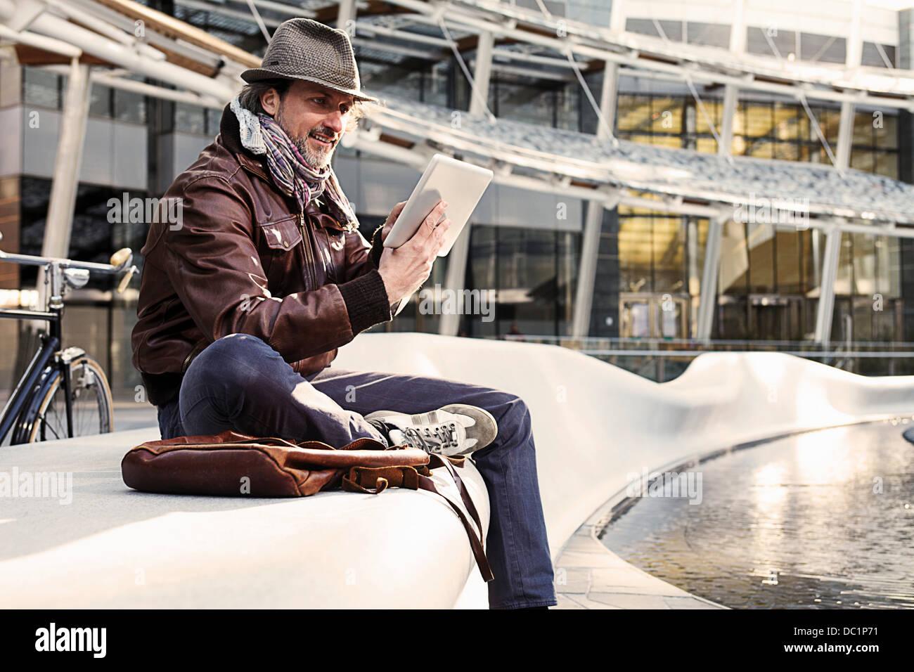 Hombre adulto con digital media tableta en ciudad Imagen De Stock