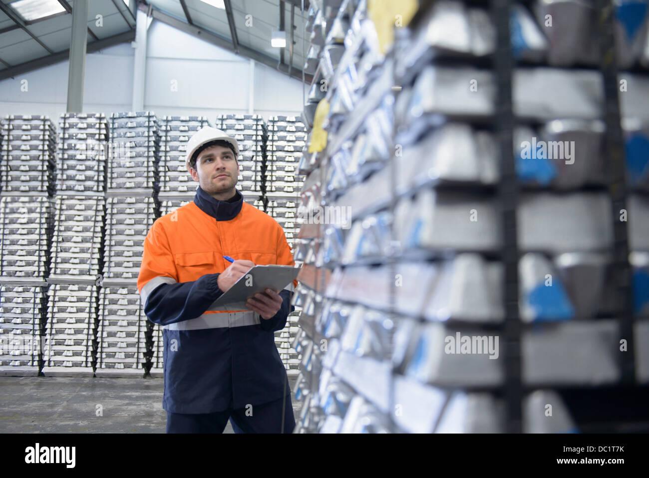 Trabajador de almacén control de stock Imagen De Stock