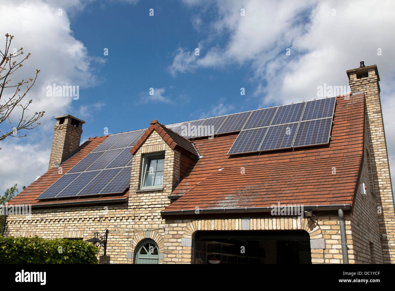 Casa unifamiliar con paneles solares en el techo Imagen De Stock