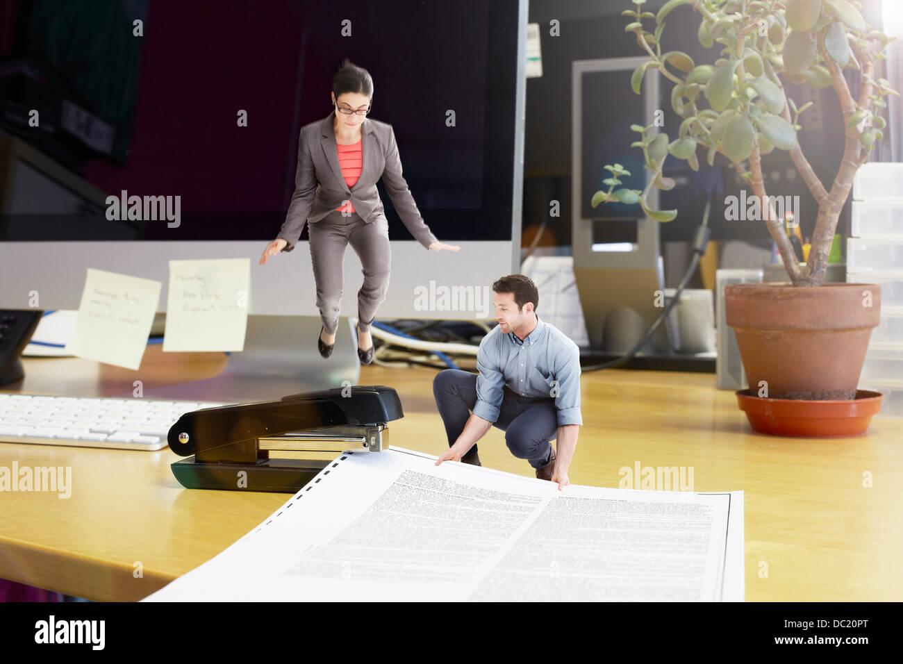 Adulto medio colegas grapado gran documento sobre el escritorio de gran tamaño Imagen De Stock