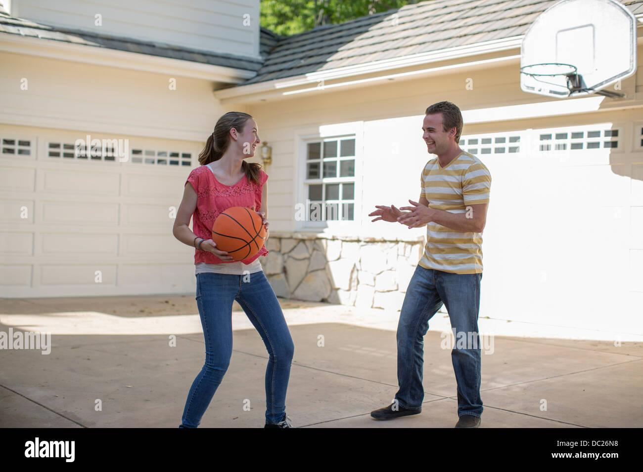 Hermano y hermana jugando baloncesto Imagen De Stock