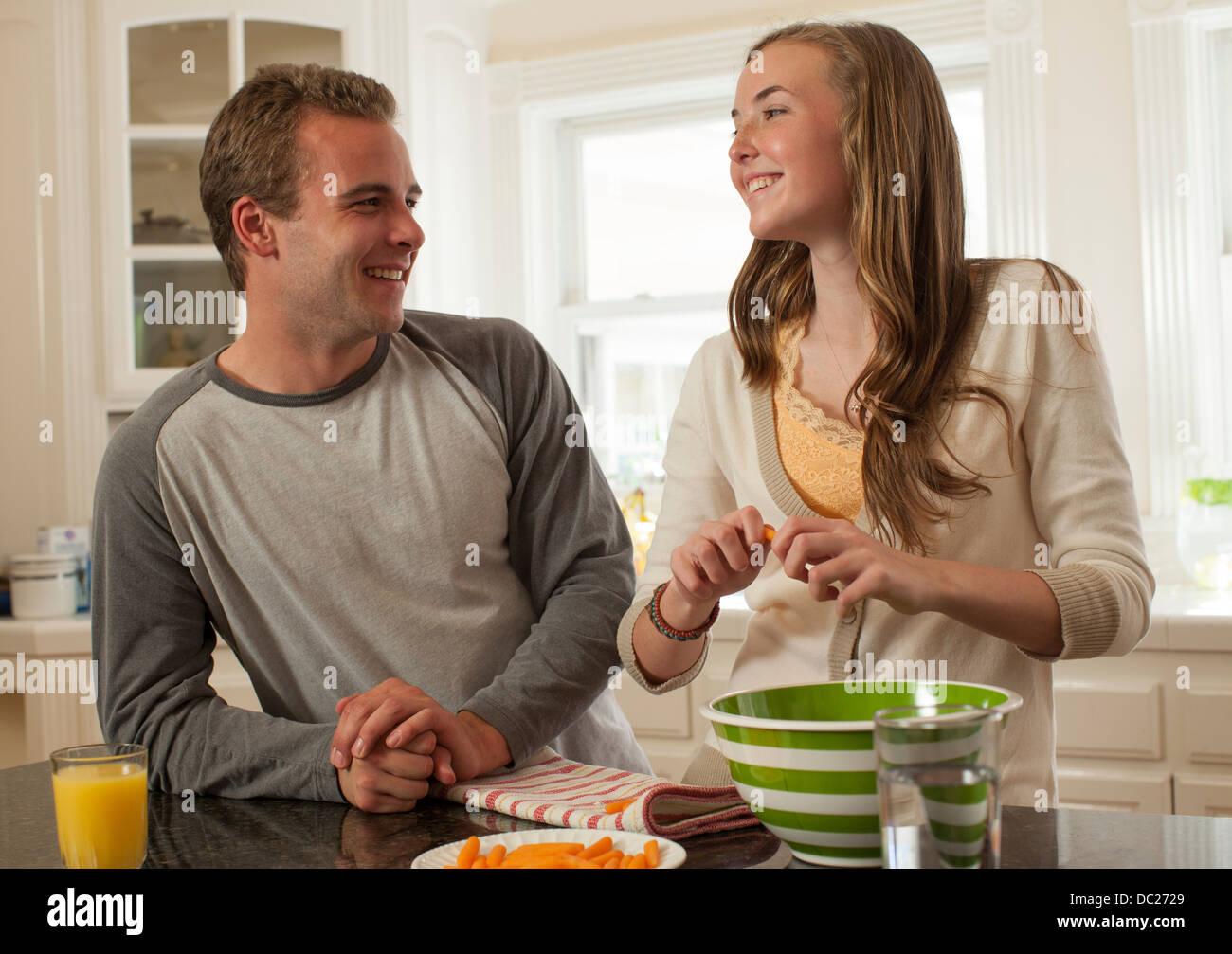 Hermano y hermana, preparación de alimentos Imagen De Stock