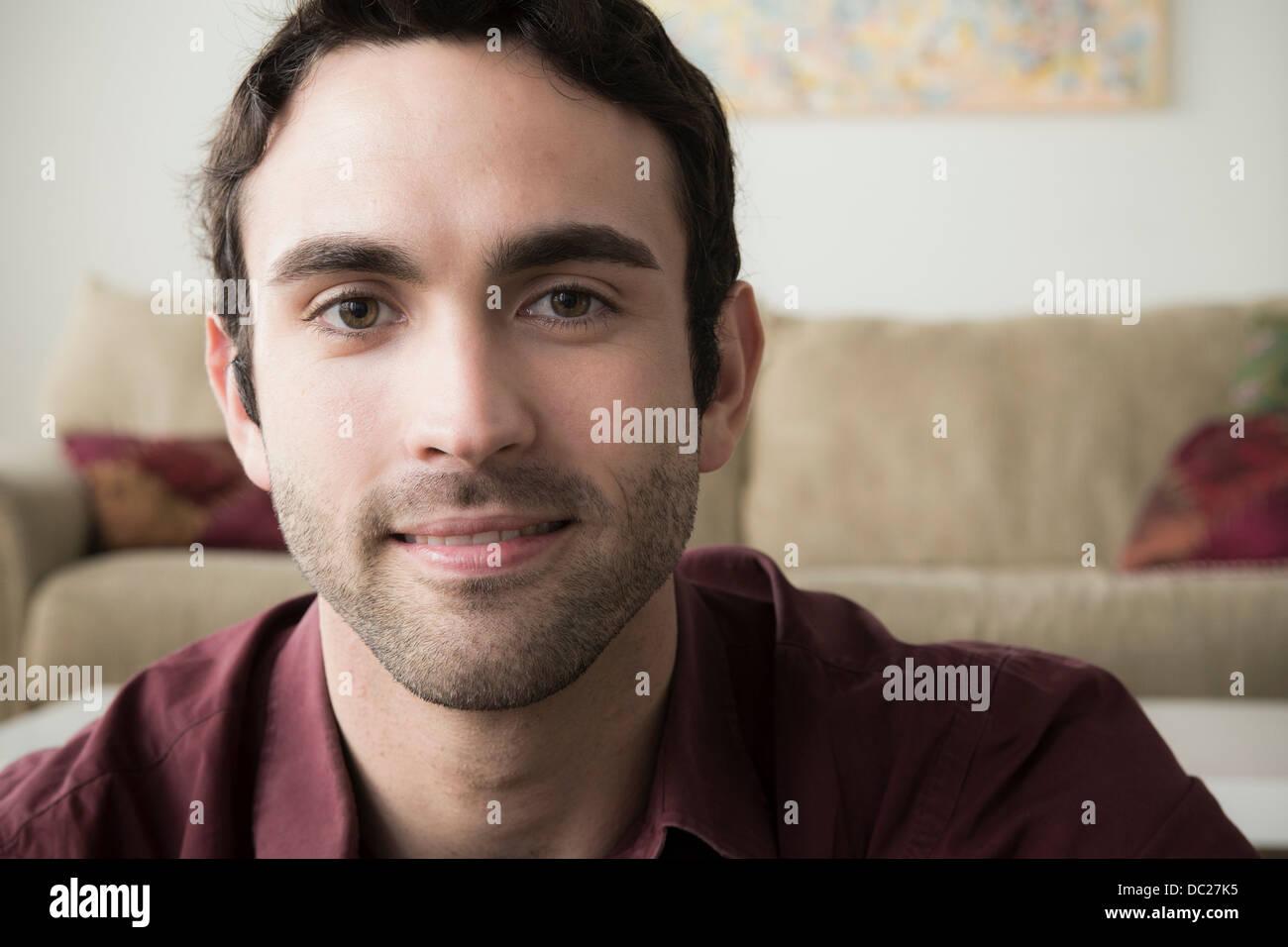 Retrato de joven con pelo negro Imagen De Stock